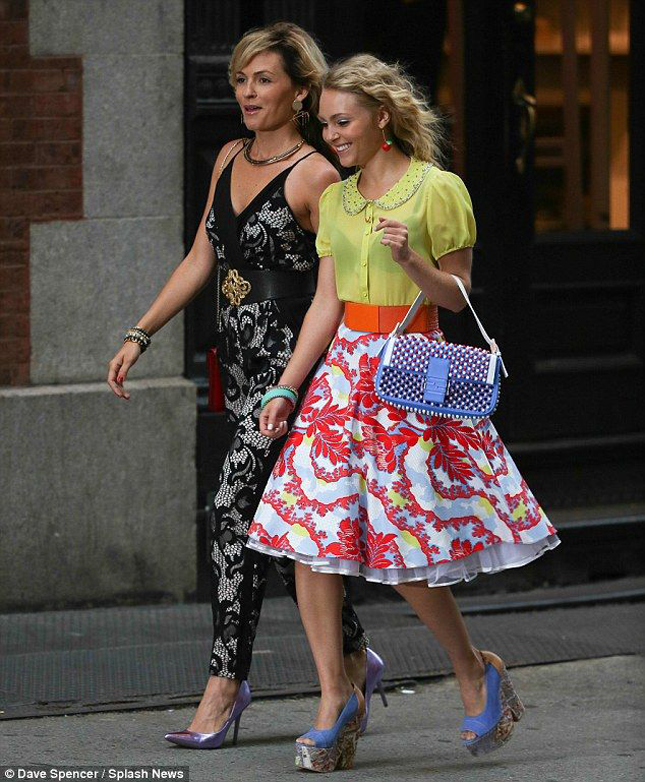Annasophia Robb and Lindsey Gort get to know each other as Carrie Bradshaw and Lindsey Gort on 'The Carrie Diaries'.